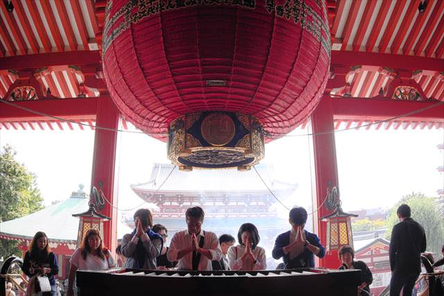 People Praying in Sensoji | Japanesquest